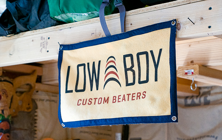Cartel de lona en el taller de Low Bow Custom Beaters